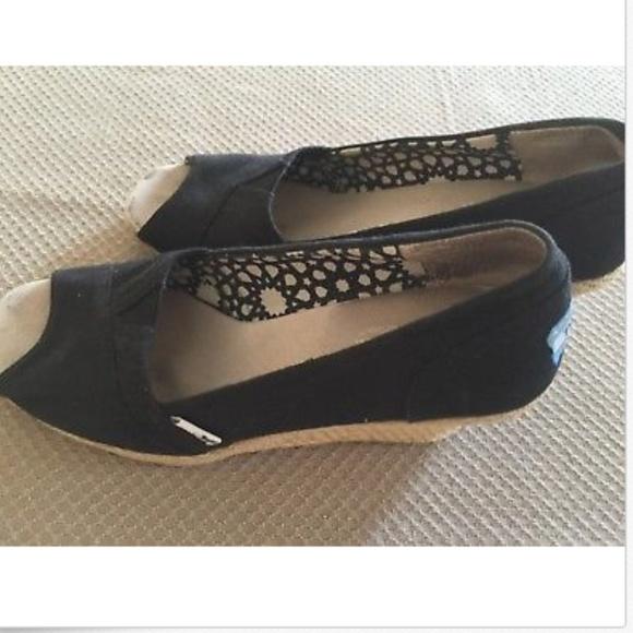a55726fb0653 TOMS Black Wedge Heels Sandals Women s Shoes 8M. M 5b291d275c445266875a983d